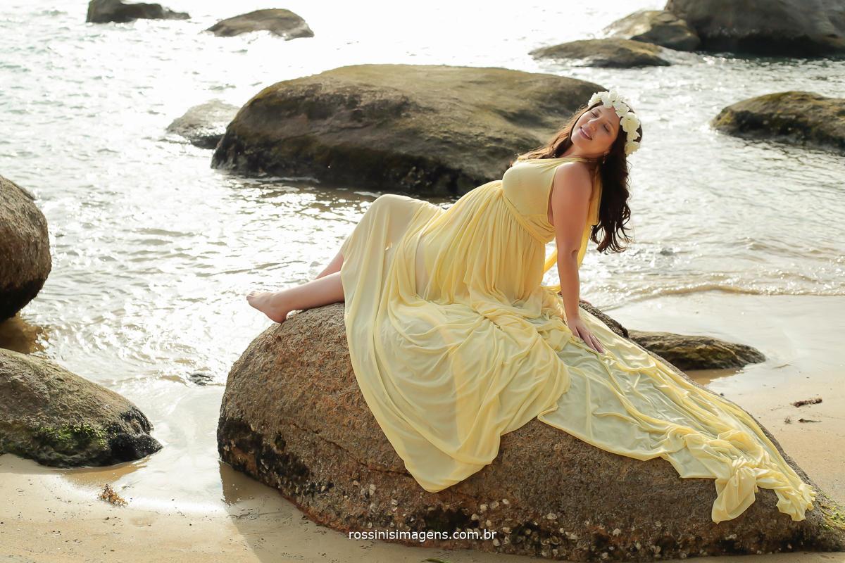 fotografia de gestante na pedra na praia em ilhabela