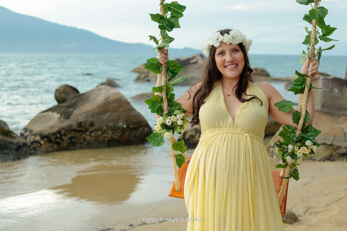 foto de gestante em ensaio externo na praia gestante com balança, rossinis imagens