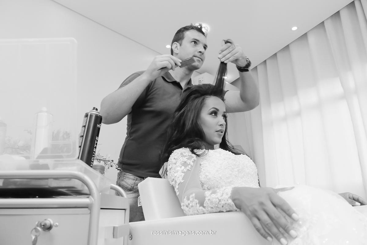 Leandro Fernandes fazendo o maravilhoso penteado da noiva Midian para o Grande momento do casamento