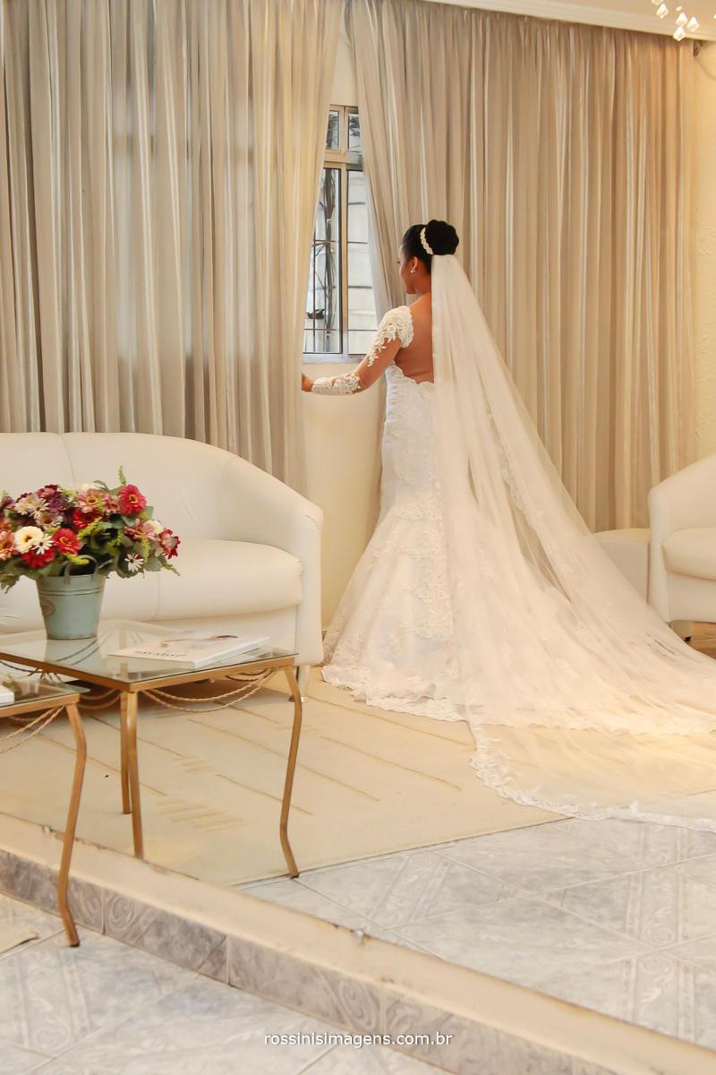 o momento da espera para ir para a cerimonia, noiva no salão Leandro Fernandes modelo