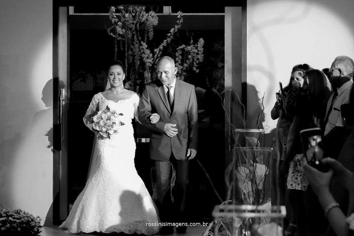 noiva que emocionou todos cantando antes de entrar, o grande momento esta começando 2018 entrada da noiva com seu pai, linda e emocionante