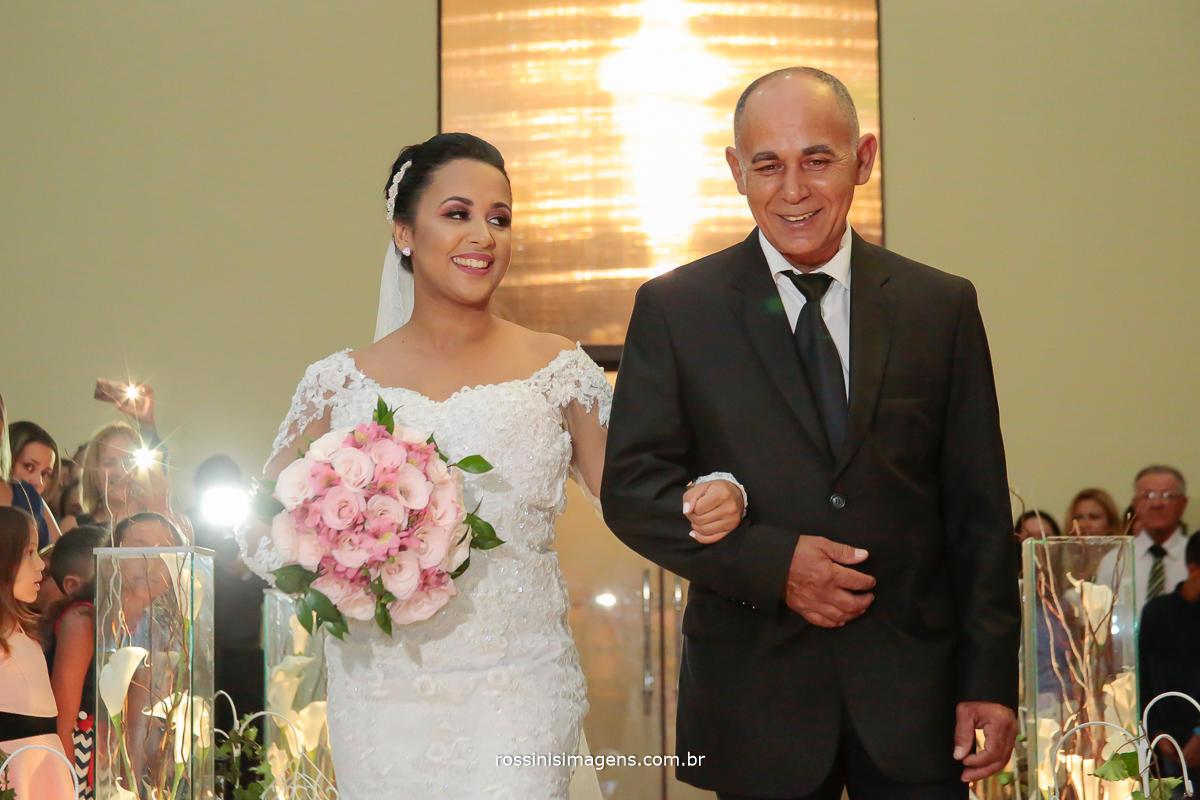 fotografia de casamento noiva midian entrando com seu pai para a cerimonia de casamento