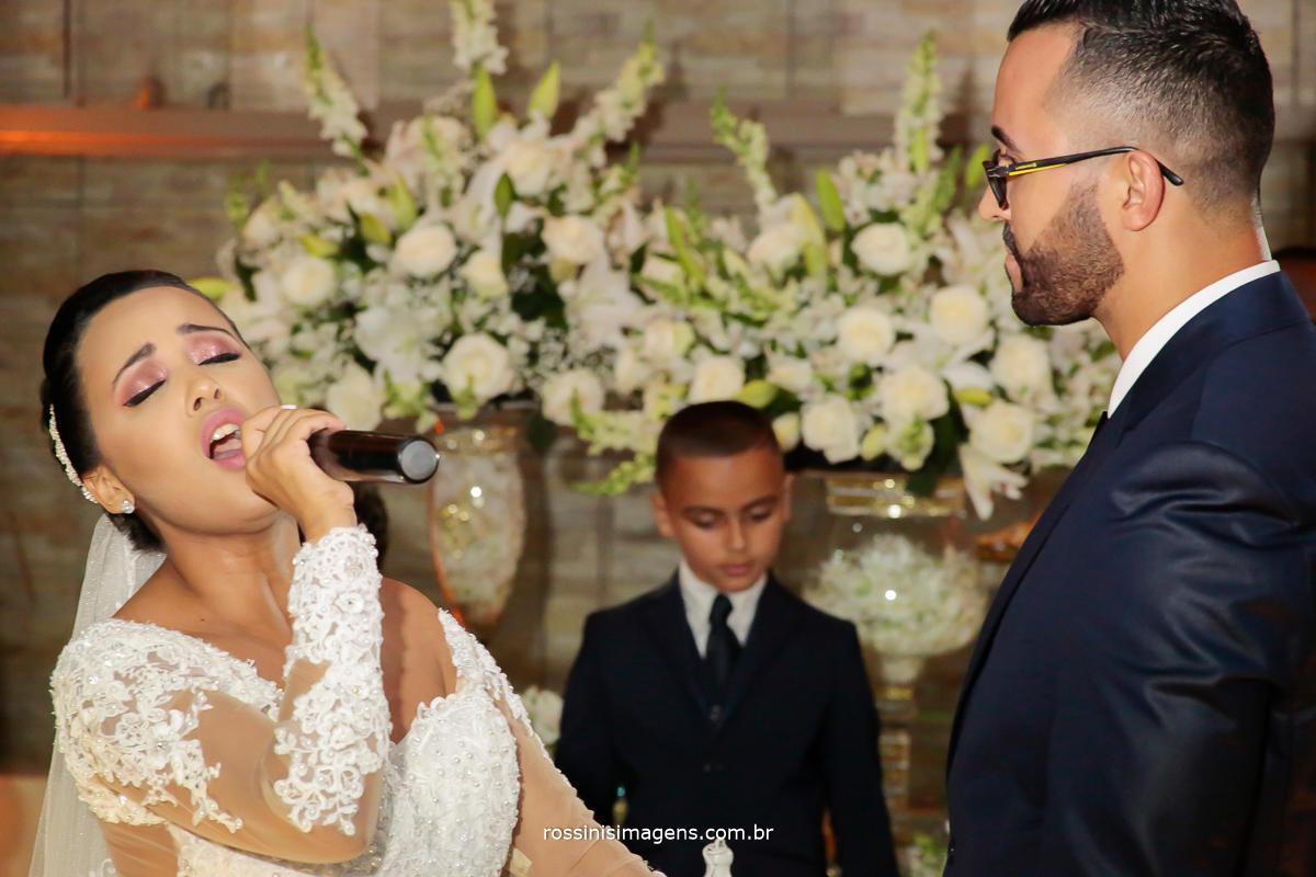 noiva cantando, noiva que canta na cerimonia de casamento certamente emociona a todos os convidados, quer fazer surpresa para os convidados cante no casamento!