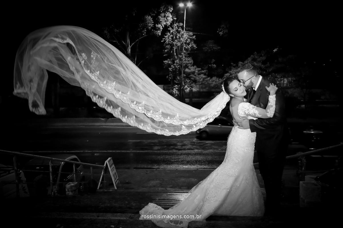 fotografia de casamento midian e David na entrada do salão la felicita em Itaquera, véu da noiva voando