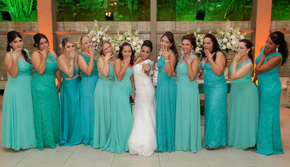 fotografia da noiva com as madrinhas, mostrando a aliança de ouro que recebeu do noivo, madrinhas de azul tiffany