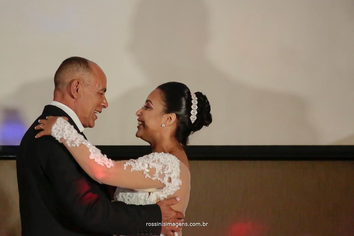 a Grande valdo dos noivos começando com o pai da nova e passando para o noivo a próxima fotografia