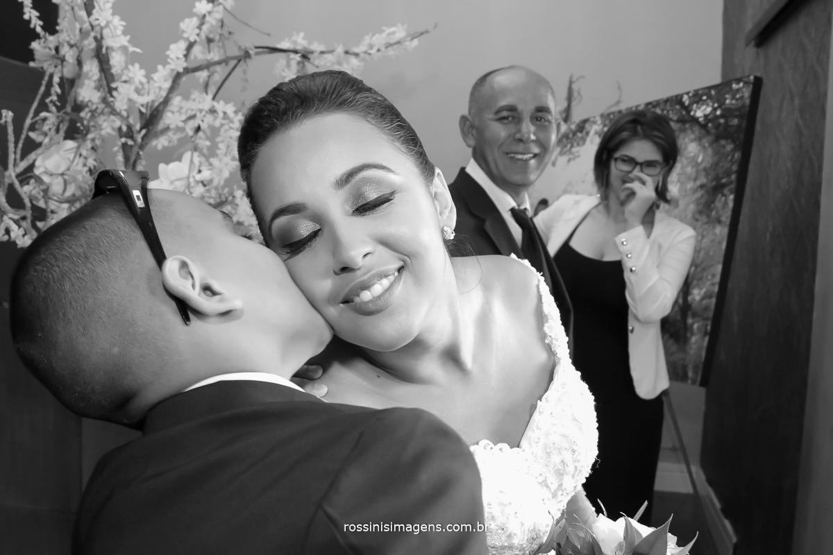 momento antes da noiva cantar e antes de entra para a cerimonia receber um lindo beijo de seu filho que diz, estou muito feliz mãe