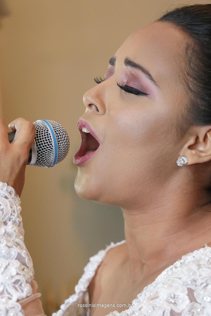 noiva muito emocionanda cantando antes de entrar para a cerimonia do casamento uma surpresa para o noivo,musica vau apena esperar, vai valer a pena....musica linda