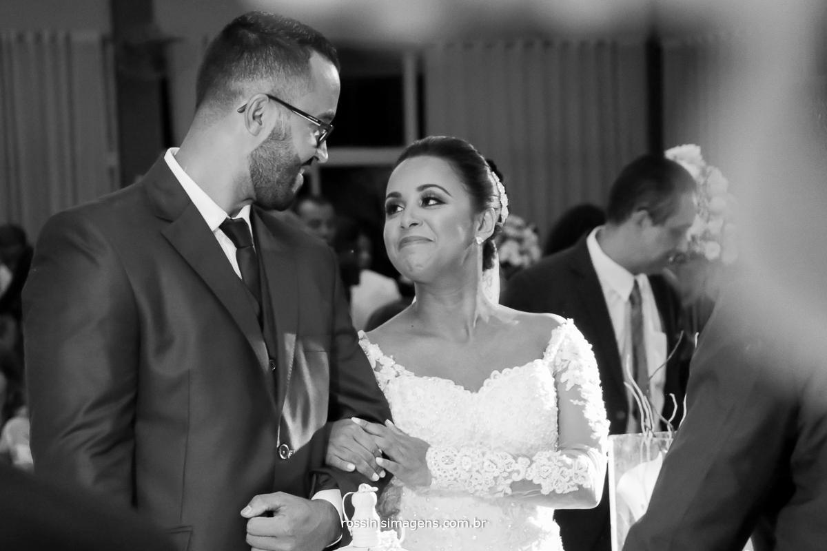 photo black and white de casal se olhando durante a  cerimonia do casamento, wedding day Midian e Davi