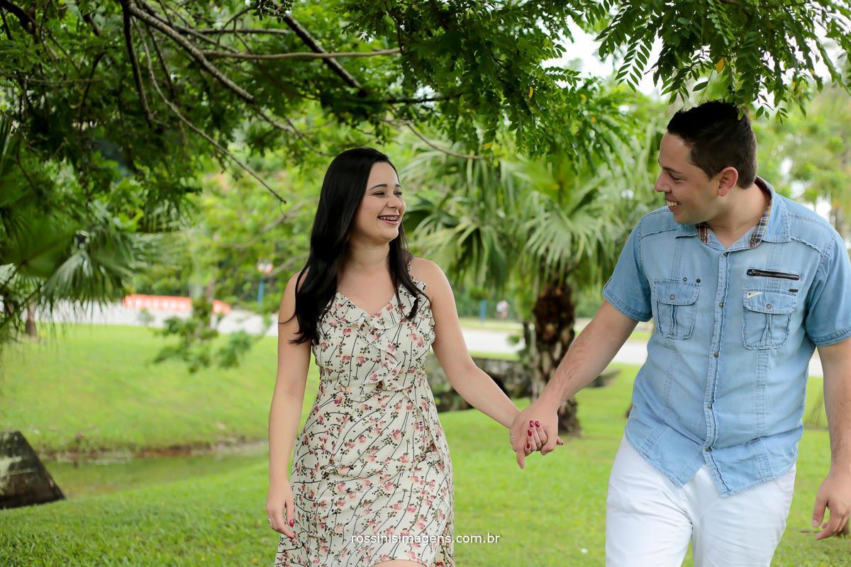 fotografia de casal caminhando, na sessão de fotos pre casamento, pre wedding, na praia