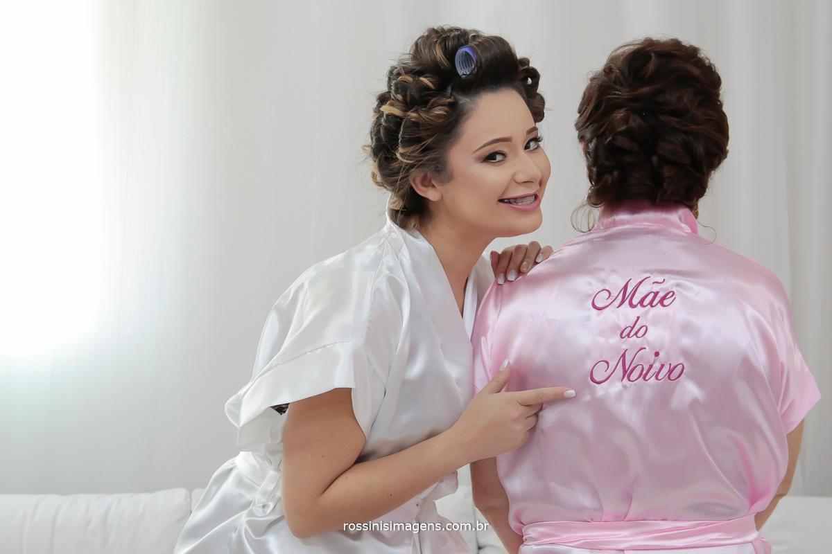 fotografia e vídeo de casamento noiva no making off com a mãe do noivo, dia da noiva com hoby personalizado