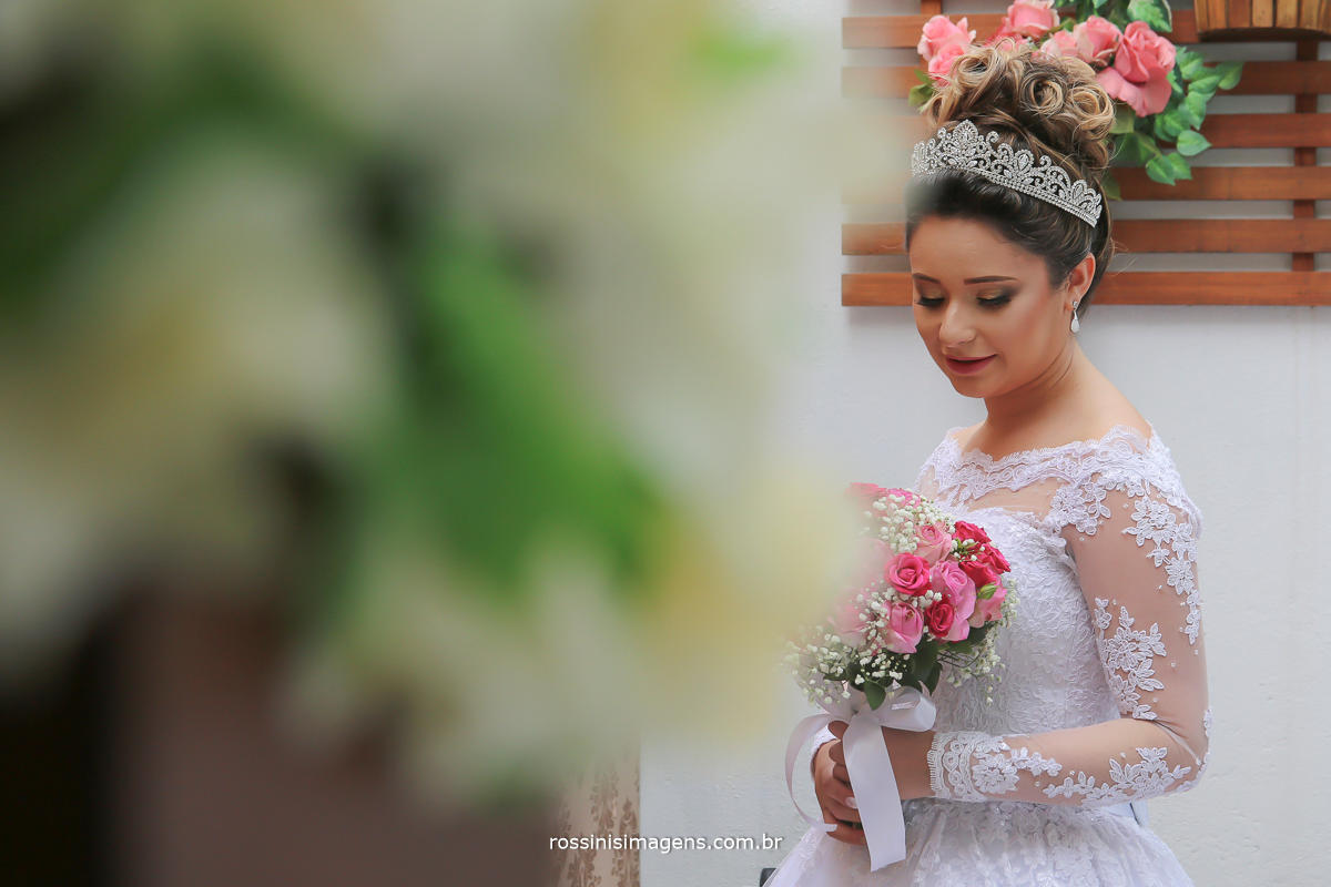 fotografia de casamento noiva antes da cerimonia, no studio gisele granza hair Studio em Suzano, por rossinis imagens , foto no jardim