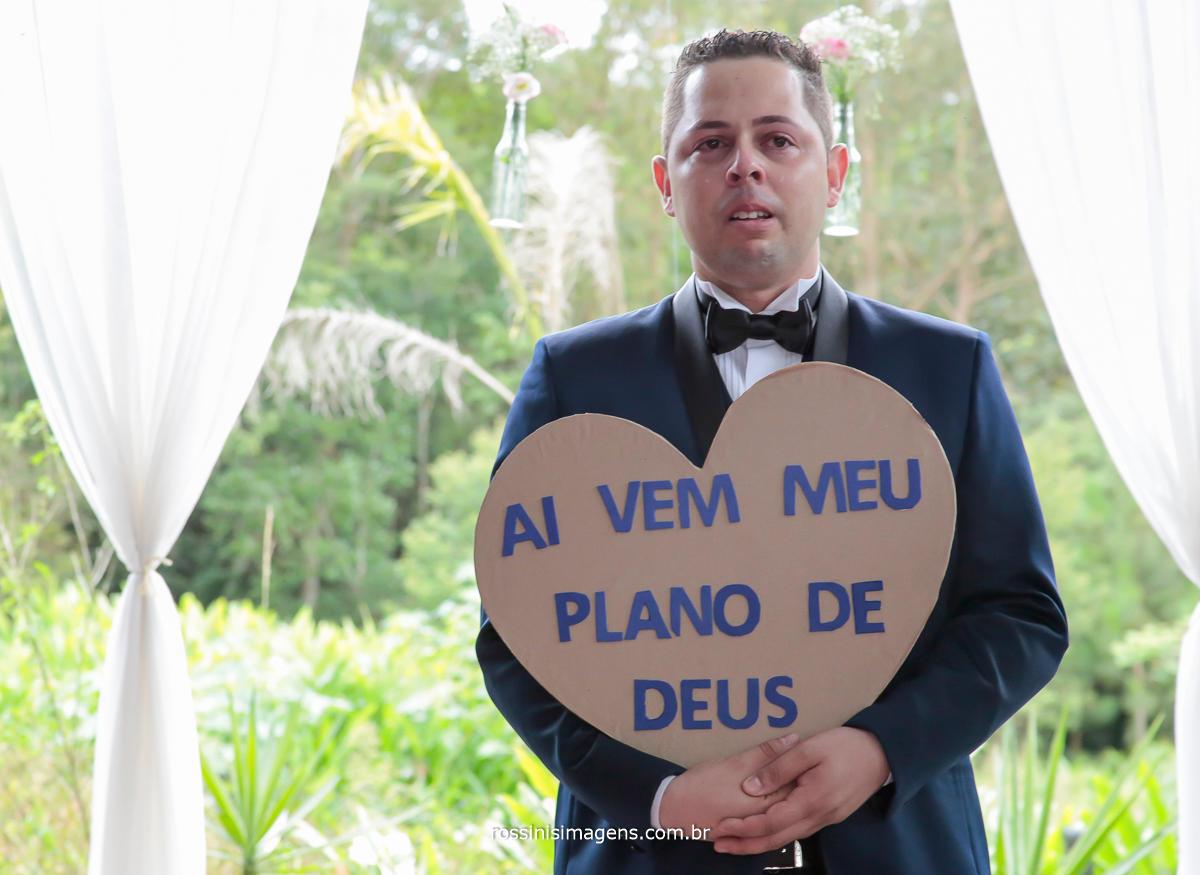 fotografo de casamento , noivo  com placa de ai vem o meu plano de Deus, foto de casamento por rossinis imagens, wedding day