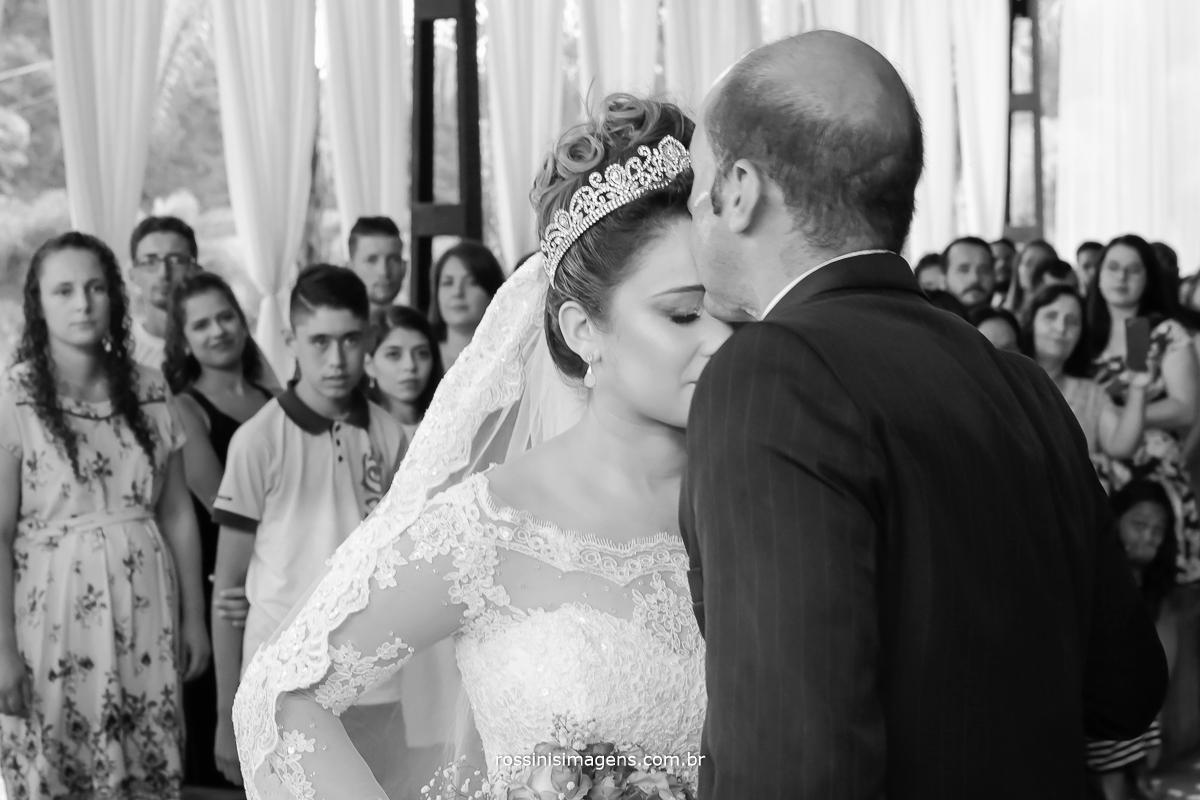 fotografia de casamento irmão entregando a noiva no altar para o noivo na cerimonia de casamento realizado na chácara recanto dos lagos em suzano  pela Rossini's Imagens