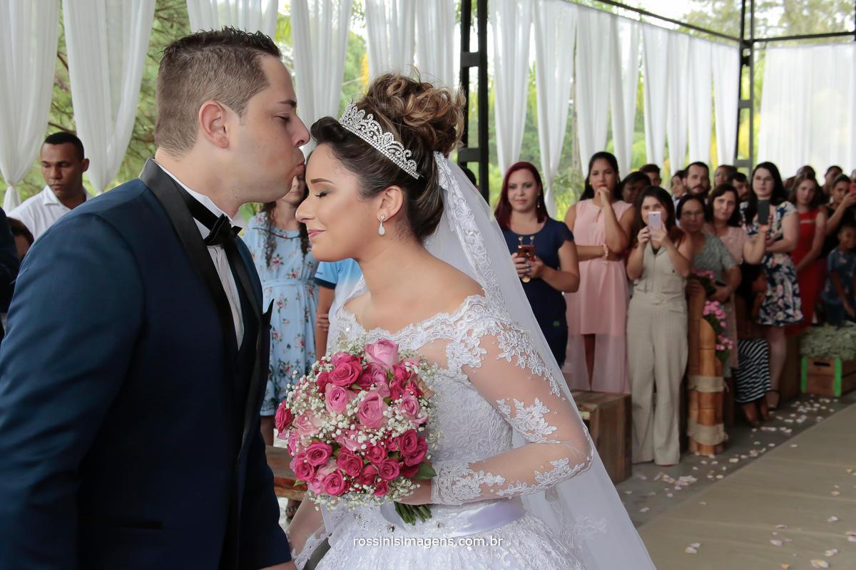 foto e video de casamento noivo beijando a noiva na testa recebendo a noiva no altar