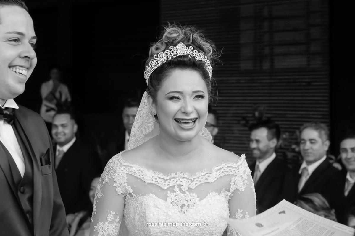 imagem de casamento noiva e noivo feliz rindo durante a cerimonia de casamento, com o celebrante de casamento Luciano toledo