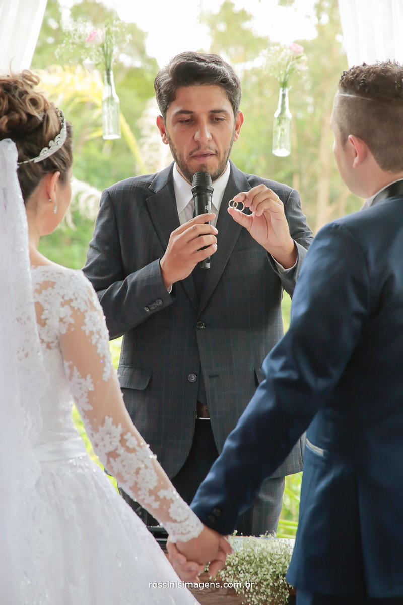 Luciano toledo celebrando o cerimonial do casal Jefferson e franciele na chácara recanto dos lagos em Suzano, foto por rossinis imagens