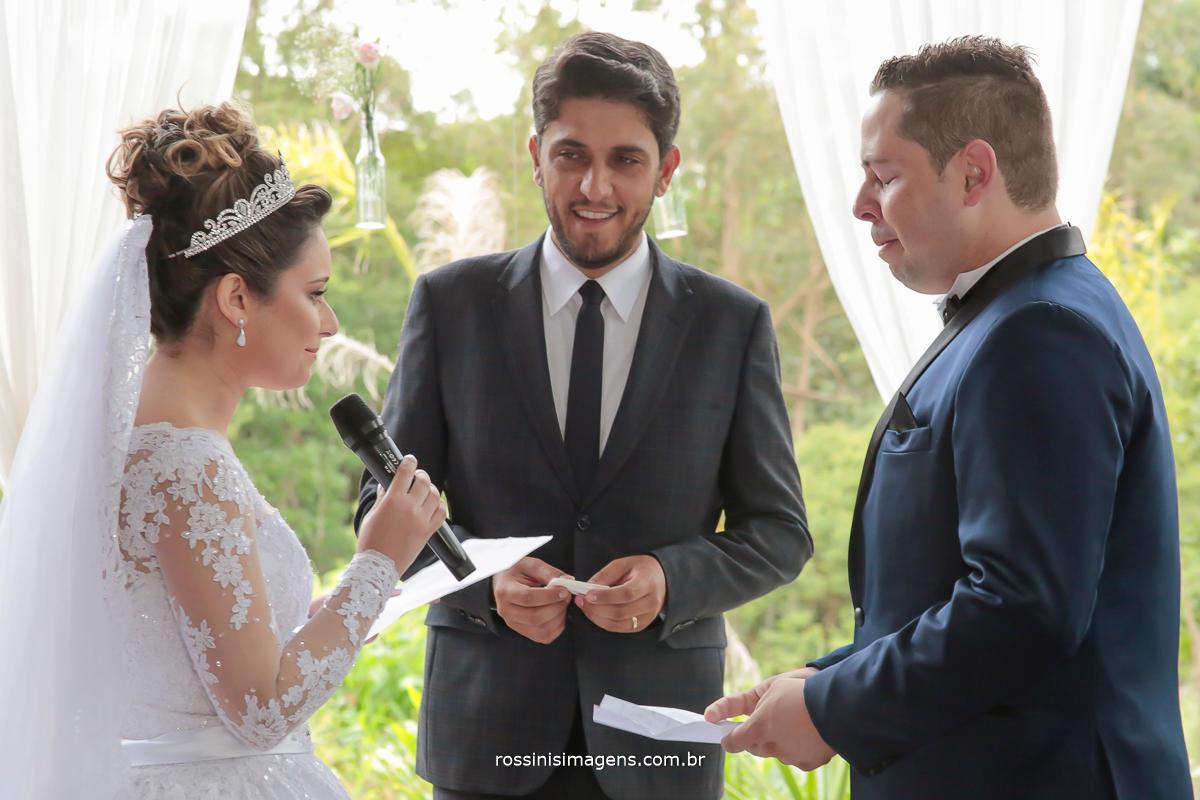 noiva fazendo os votos na cerimonia de casamento para o noivo jefferson wedding day