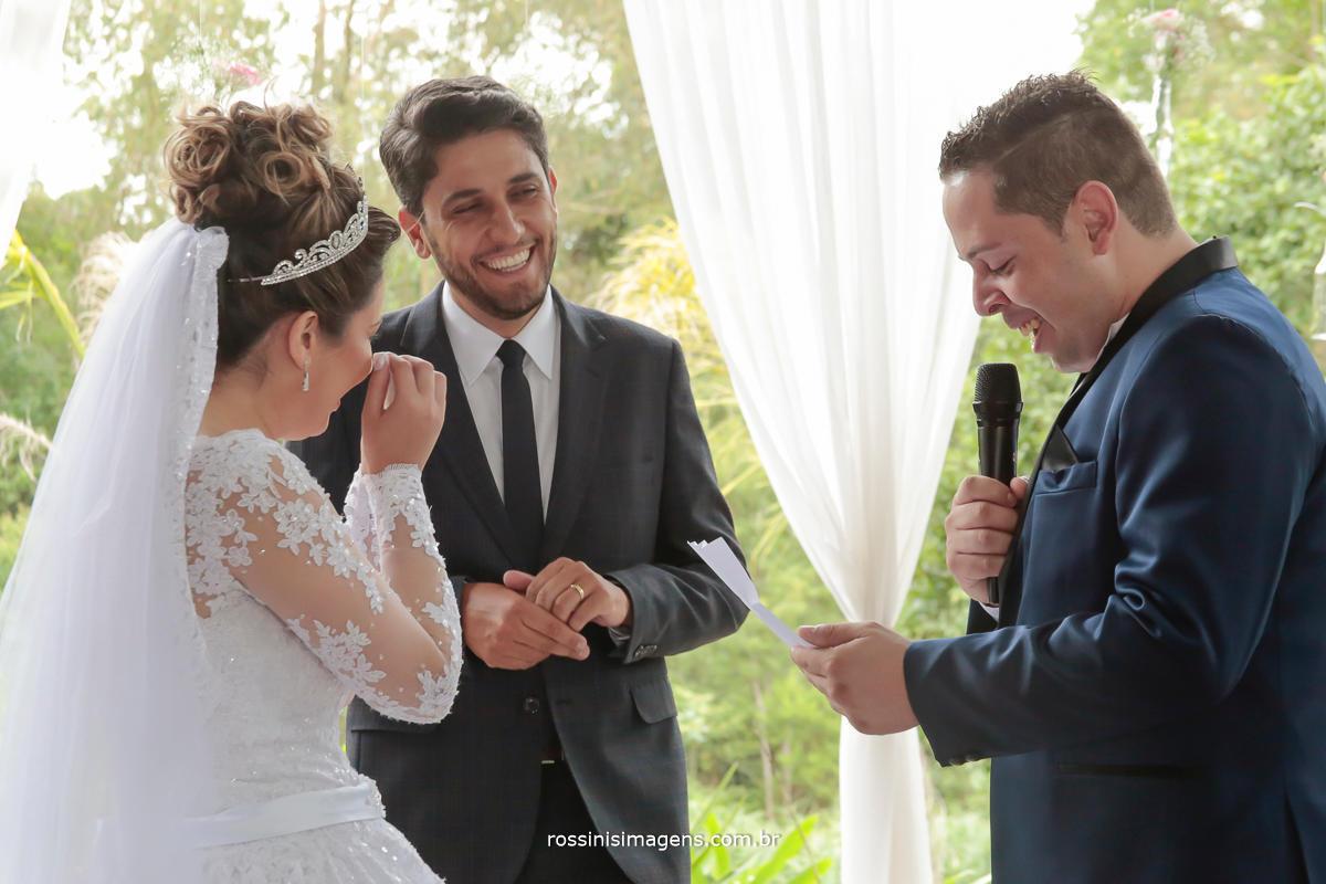 noivo fazendo uma linda declaração nos votos de casamento para a noiva, casamento na chácara recanto dos lagos em Suzano por rossinis imagens foto e video, fotografia e filmagem de casamento