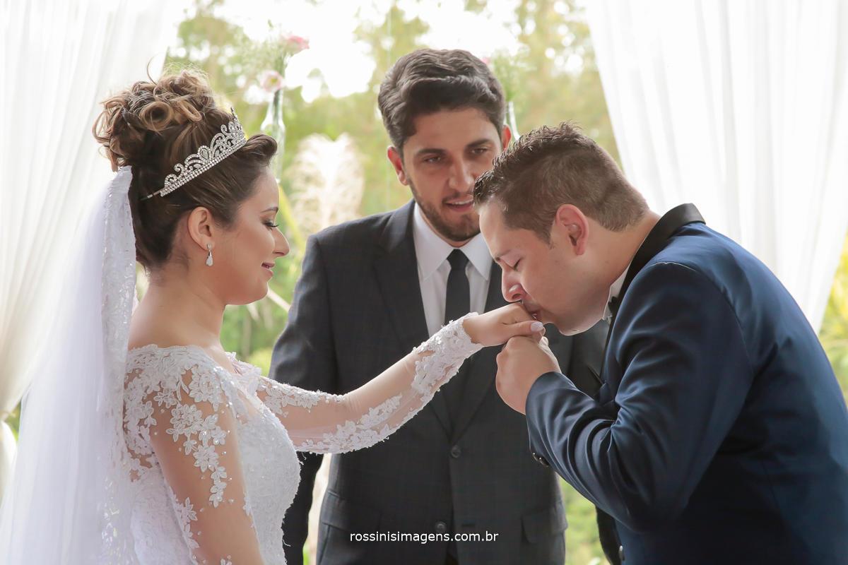 noivo beijando a aliança na mão da noiva , fotografia de casamento noivos felizes, casamentos lindo, rossinis imagens a melhor empresa de fotografia e vídeo da região, abc, alto tiete, mogi das cruzes, guarulhos, são paulo