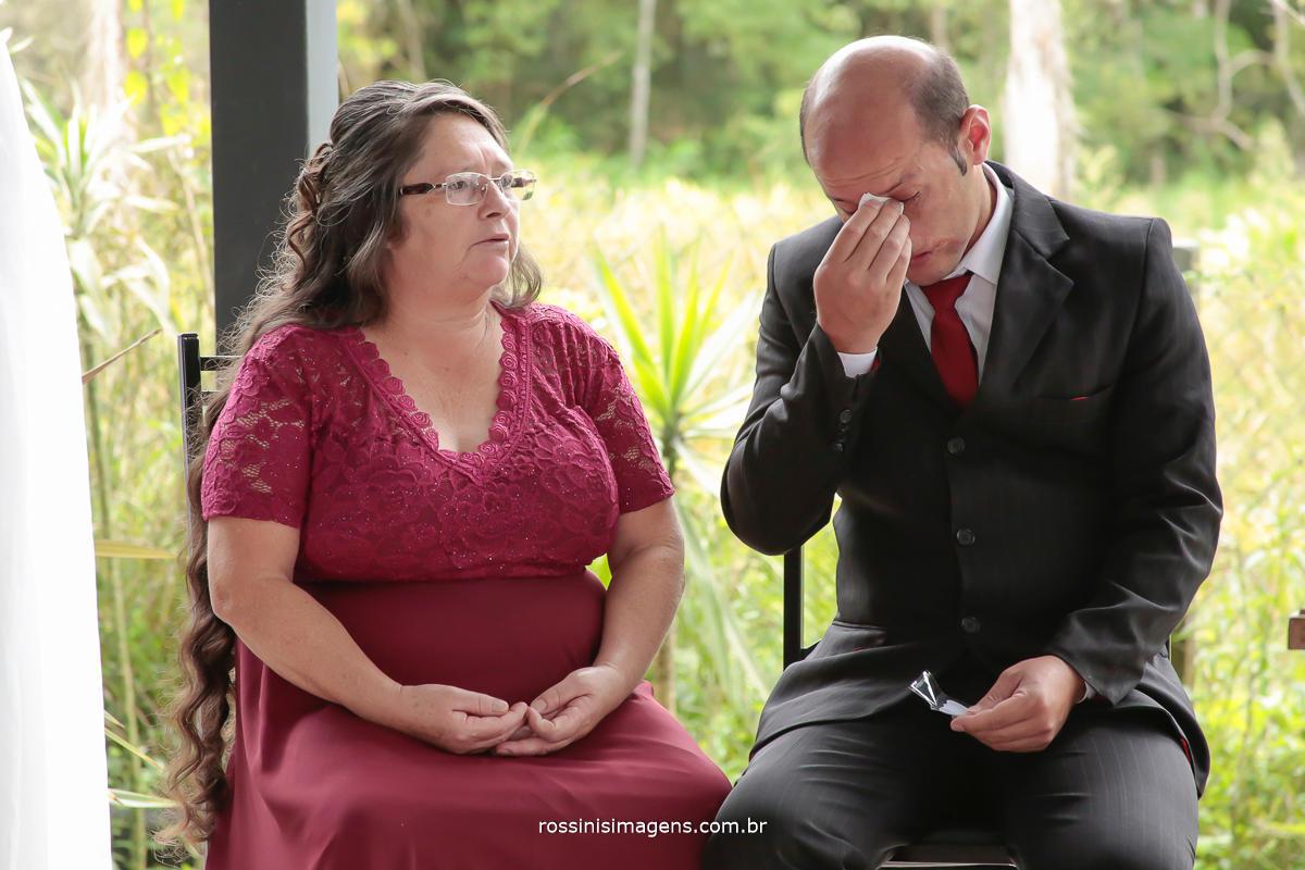fotografia de casamento emoção irmão emocionando com a cerimonia de casamento da sua irmã esse momento lindo e inesquecível do casamento