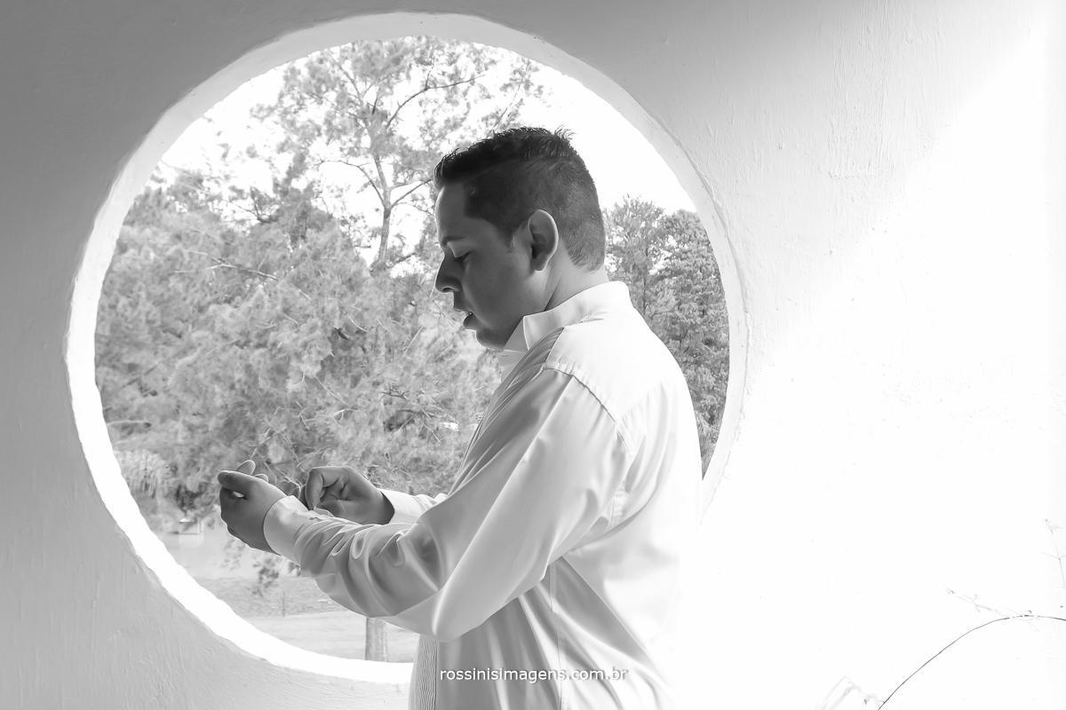 rossinis imagens foto e video de casamento, noivo se preparando para o grande momento do casamento