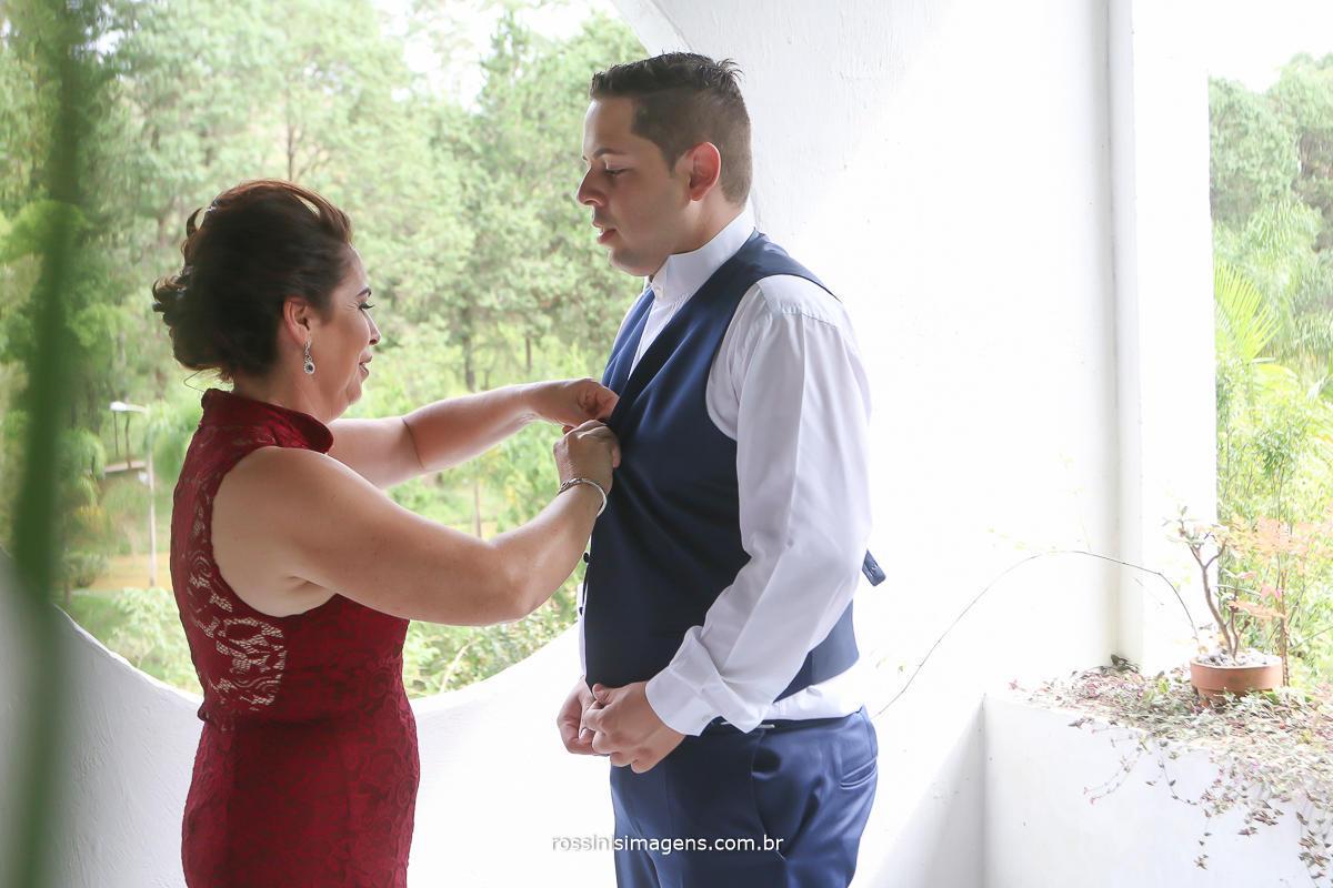 mãe arrumando o noivo no grande dia foto e video rossinis imagens mãe de vermelho noivo de azul