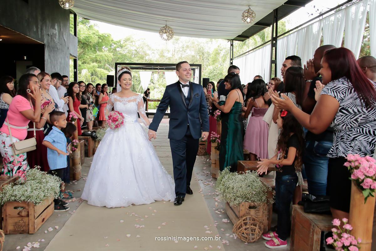 saida dos noivos muito animada, na chacara recanto dos lagos em Suzano, foto e video no abc, Suzano, mogi das cruzes, poá, brasil, são paulo, Rossini's Imagens