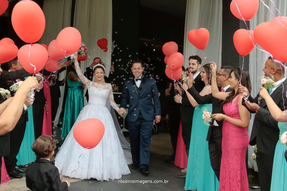 noivos felizes contratam a rossinis imagenspara realizar o registro desse lindo e maravilhoso momento do casamento , vem você para rossinis imagens