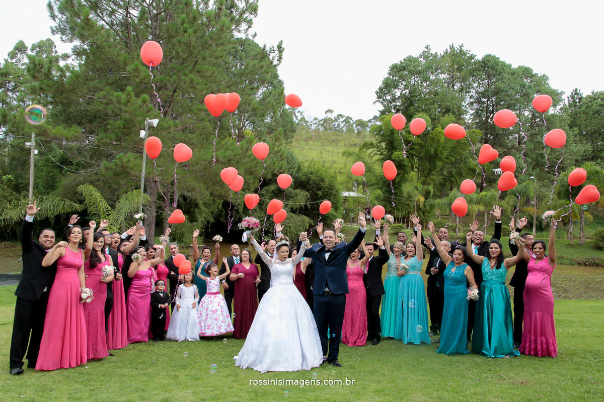 fotografo de casamento em são paulo rossinis imagens, sessão de fotos dos noivos com os padrinhos, fotografia coletiva, baloes de coração, soltando balões de coração