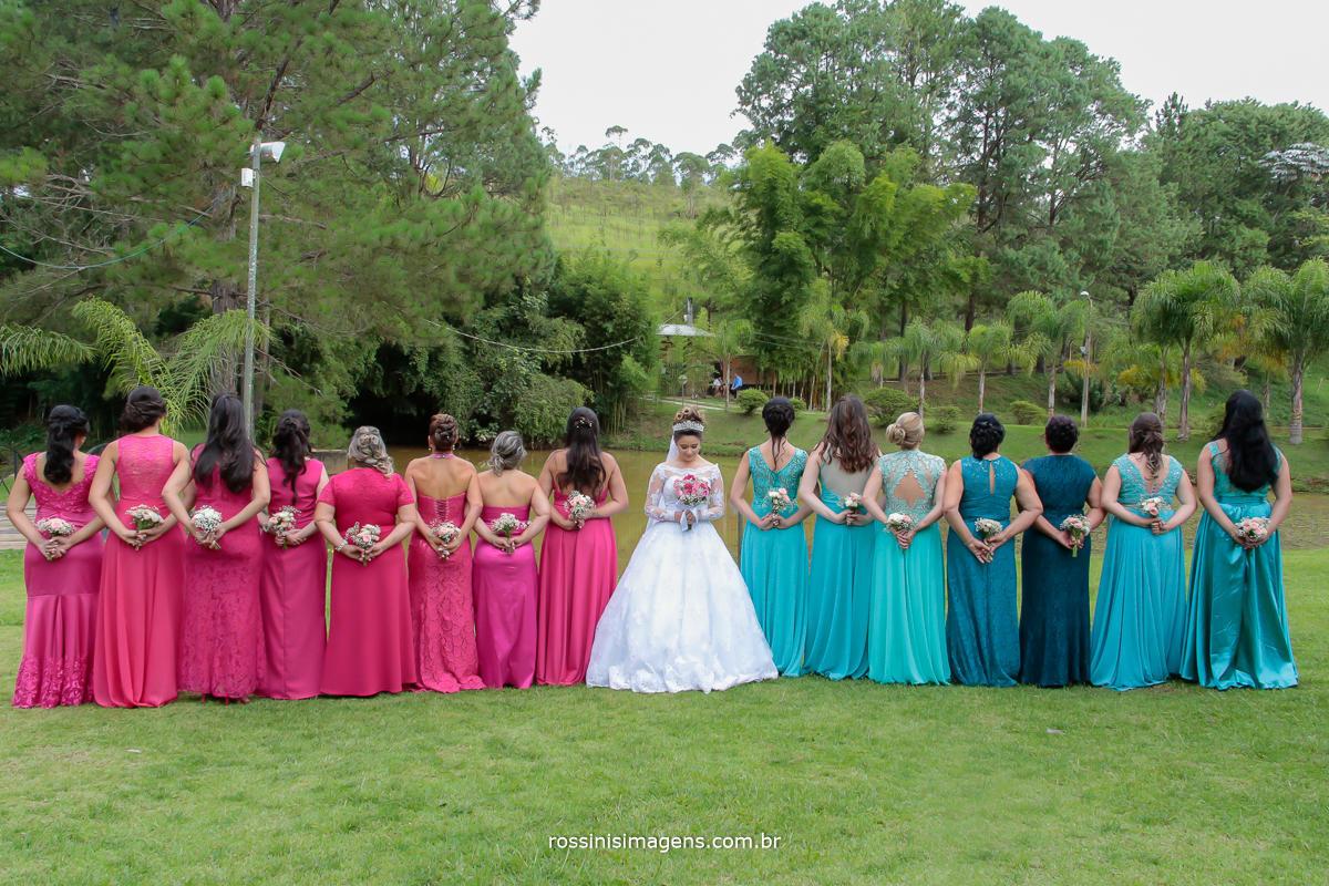 rossini's imagens foto e vidoe de casamento, franciele e jefferson na chacara recanto dos lagos em Suzano, noiva com as madrinhas de rosa e azul
