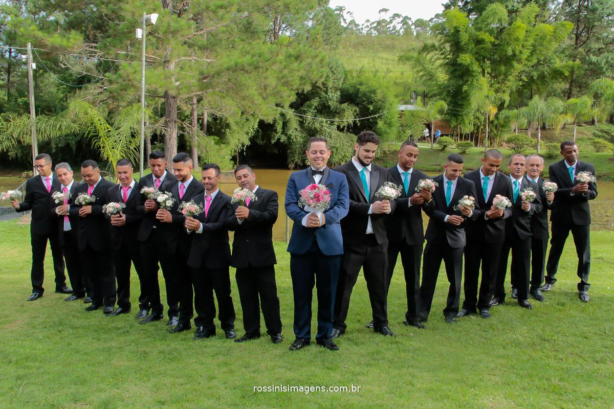 fotografia diferente dos padrinhos com o noivo segurando o buquê, rossini's imagens noivos que fazem a diferença, casal top, casamento top, casamento lindo, dia lindo