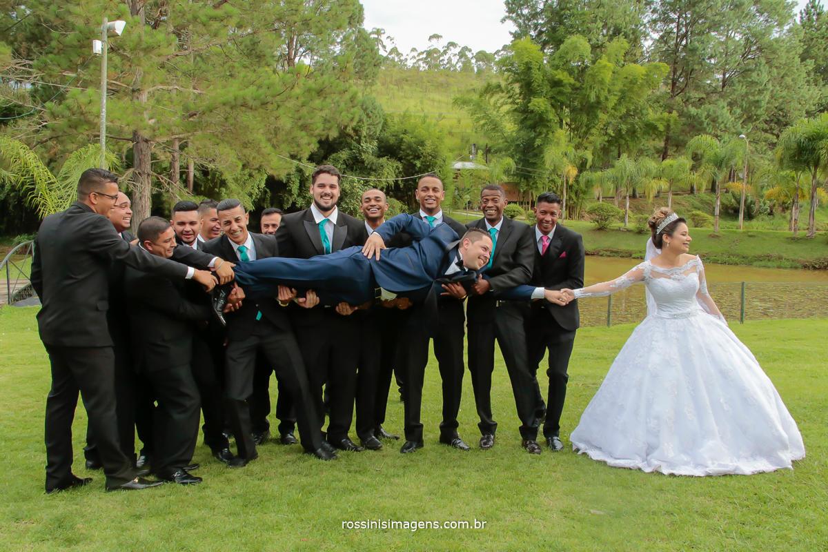padrinhos com o noivo no colo e a noiva puxando o noivo, rossinis imagens fotografia e vídeo, Suzano, mogi das cruzes, poá, são paulo, Arujá, guarulhos, Tatuapé, Mairiporã, cantareira