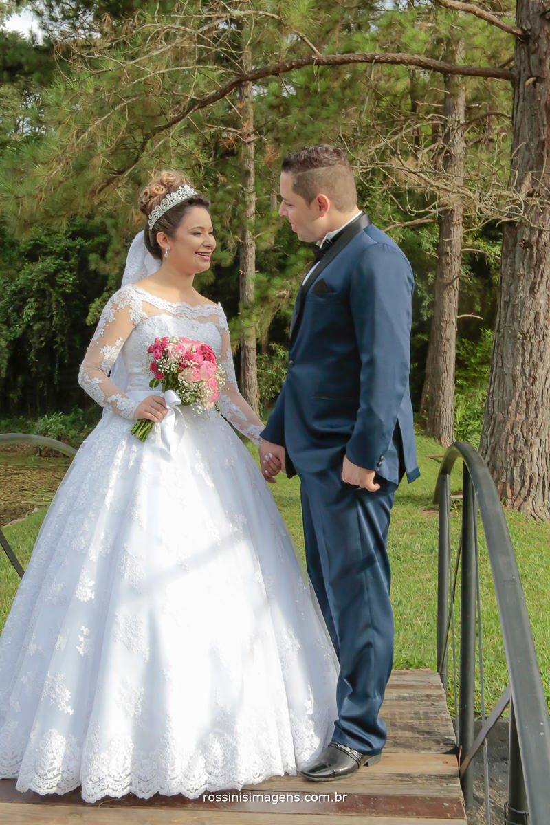 fotografia de casamento de dia na chácara recanto dos lagos em Suzano, noivos apaixonados e felizes, por terem a rossinis imagens registrando esse grande dia