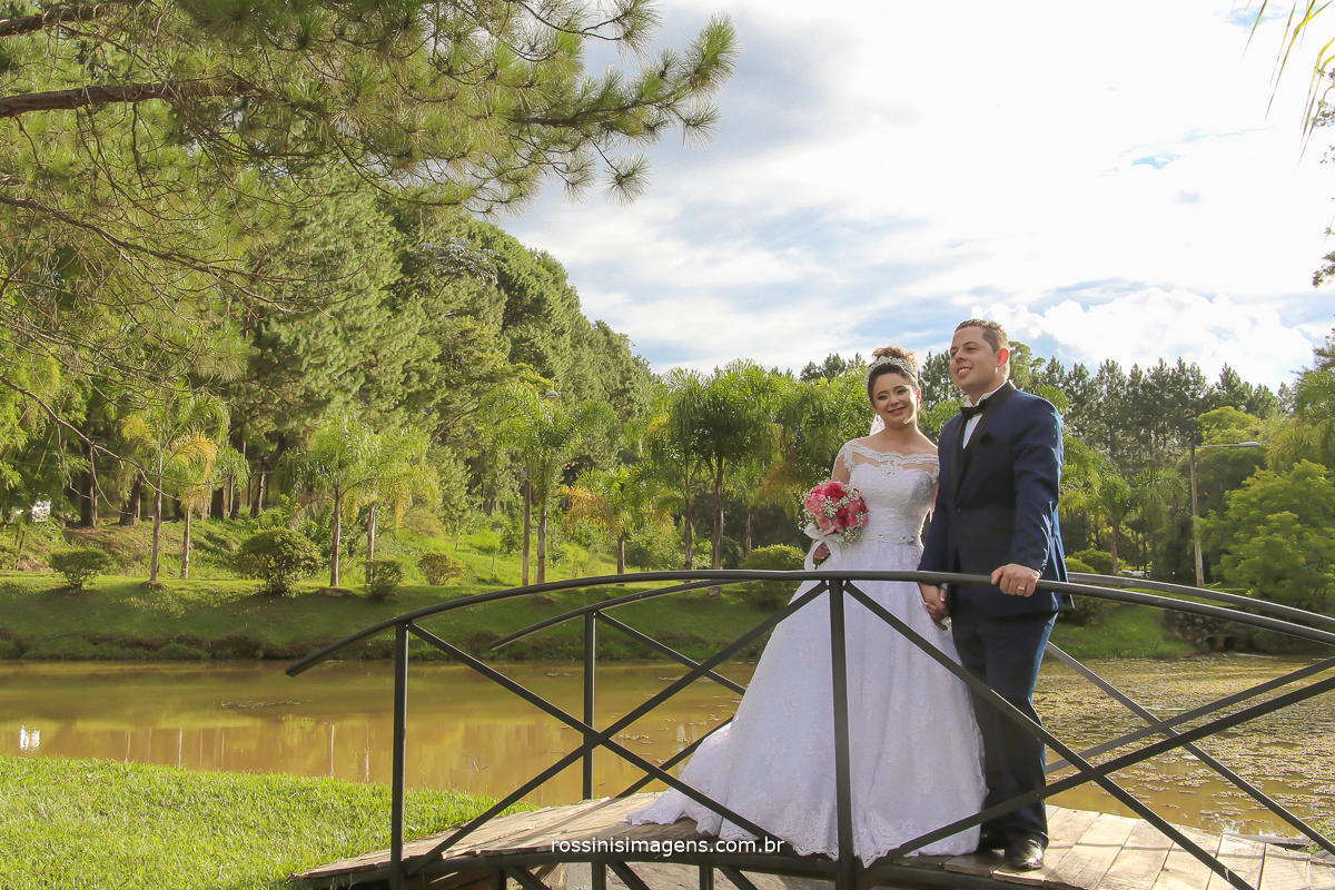 fotografia de casamento noivos na ponte entre os lagos na chacara recanto dos lagos em Suzano,  fotografia de casamento em são paulo Rossini's Imagens foto e video dia de sol, casamento de dia