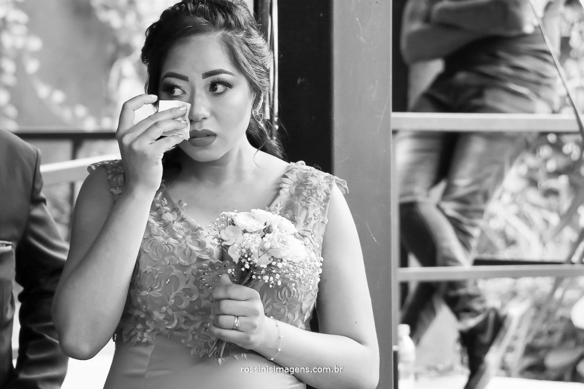 fotografia de emoção madrinha emocionada durante o cerimonia de casamento da melhor amiga, casamento franciele e Jefferson por rossinis imagens Suzano, foto e video a melhor da região