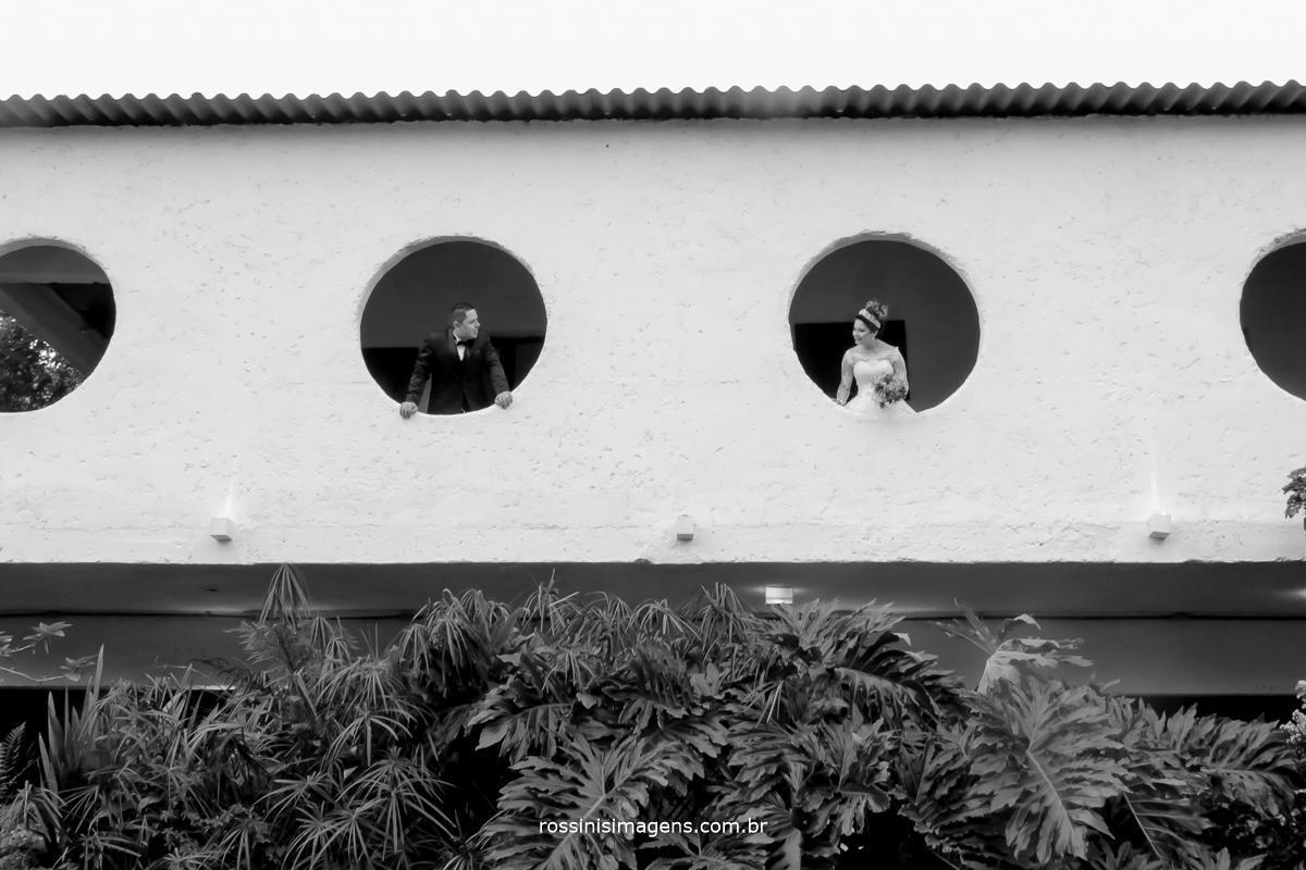 noivos nos arcos do salão na chácara recanto dos lagos em Suzano fotografia de casamento em Suzano rossinis imagens