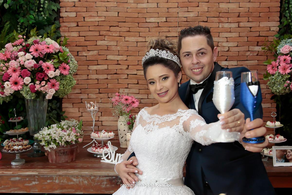 fotografia de casal fazendo brinde de casamento, franciele e Jefferson em Suzano