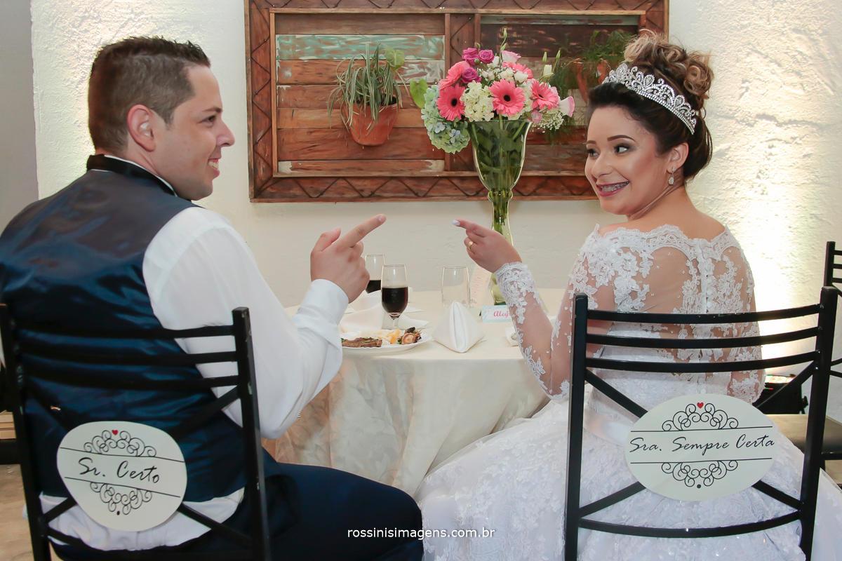 fotografia de casal com plaquinha na cadeira de sr certo e sra sempre certa
