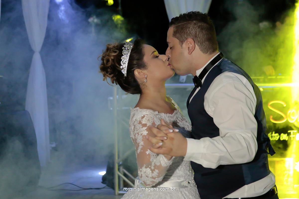 fotografia de casamento noivos dançando a primeira dança balada por Royal som e iluminação cênica , fumaça e iluminação
