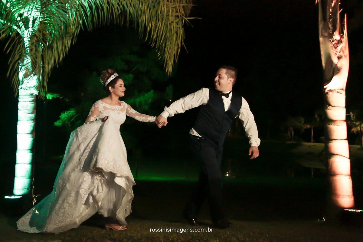 fotografia de casamento noivos correndo, foto e video, fotografia e filmagem, fotografia e video, fotografo de casamento, videomaker de casamento, filmagem de casamento, video de casamento, rossinis imagens tudo para casamento