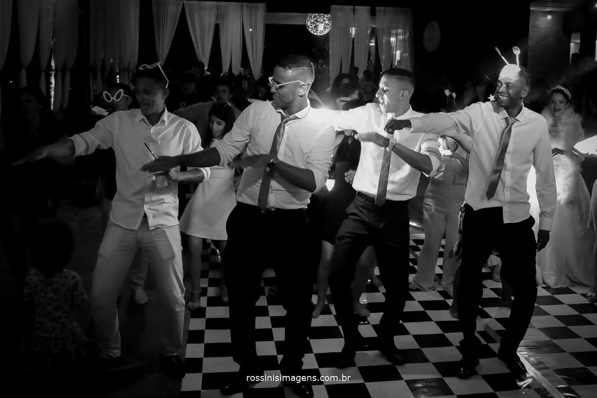 padrinhos dançando na pista, pista de dança bombando, pista de dança animada