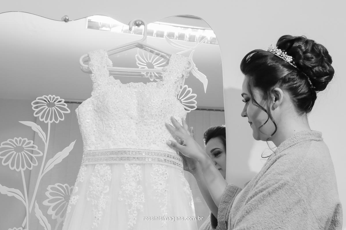 fotografia de noiva no dia do casamento conferindo os detalhes do vestido, umtima prova de vestido, dia do casamaneto, noiva wedding day rossinis imagens