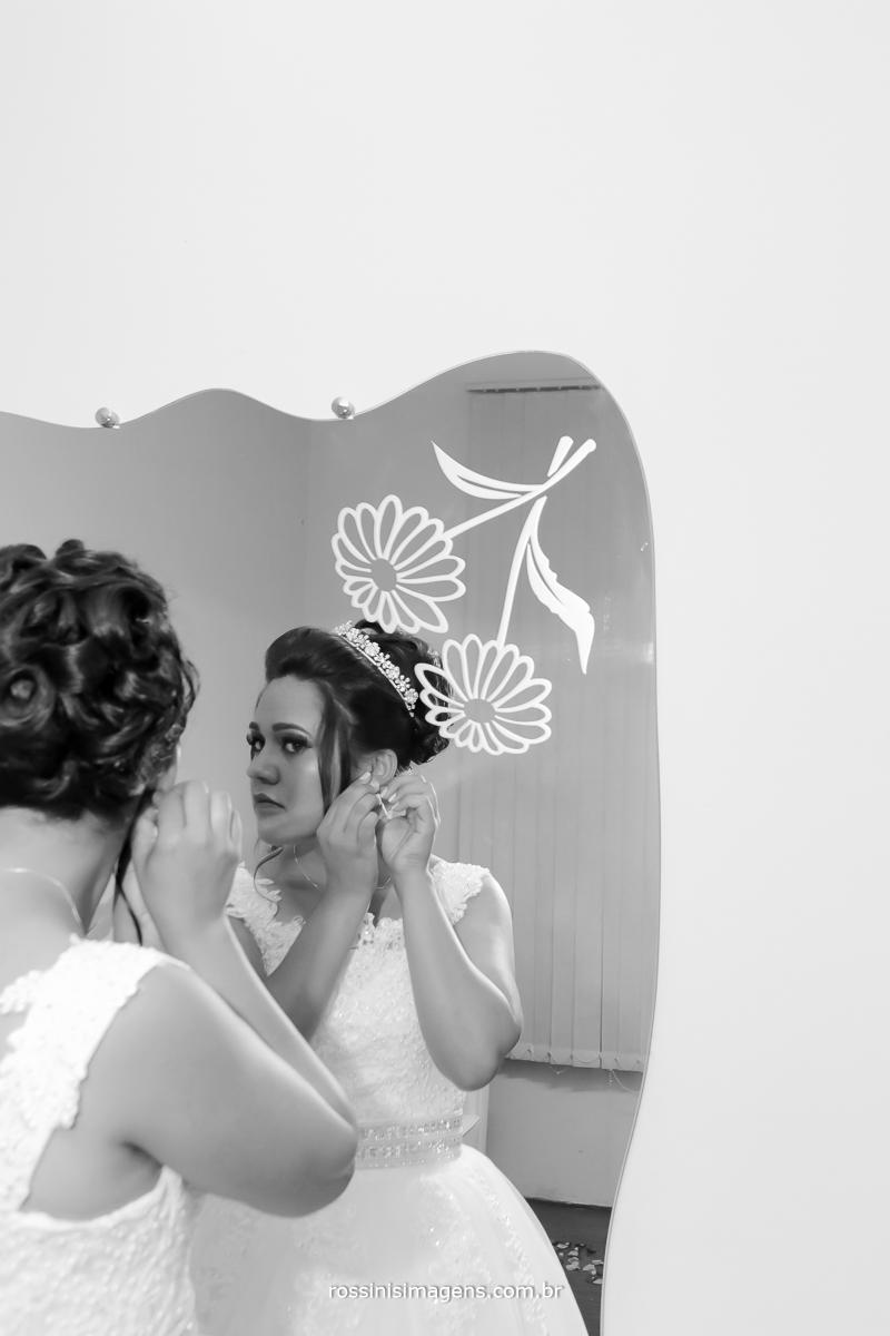fotografia de noiva colocando o vestido , vestido de noiva, rossinis imagens, colocando o brinco em frente ao espelho