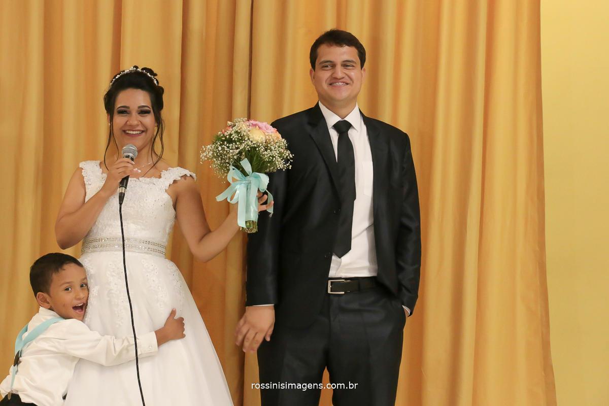 fotografo de casamento em suzano noivos fazedno o agradecimento geral a todos os convidados, noivos que aproveitam a festa fazem discurso para os convidados, aproveitando a festa!