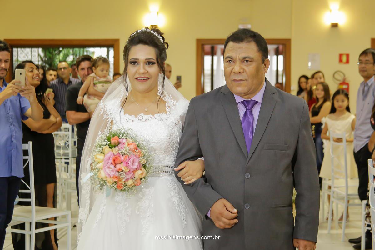 entrada da noiva no salão de festa di ungaro em suzano, acompanhada de seu pai, para a linda cerimonia de casamento com seu noivo, Daiane e Lucas em suzano