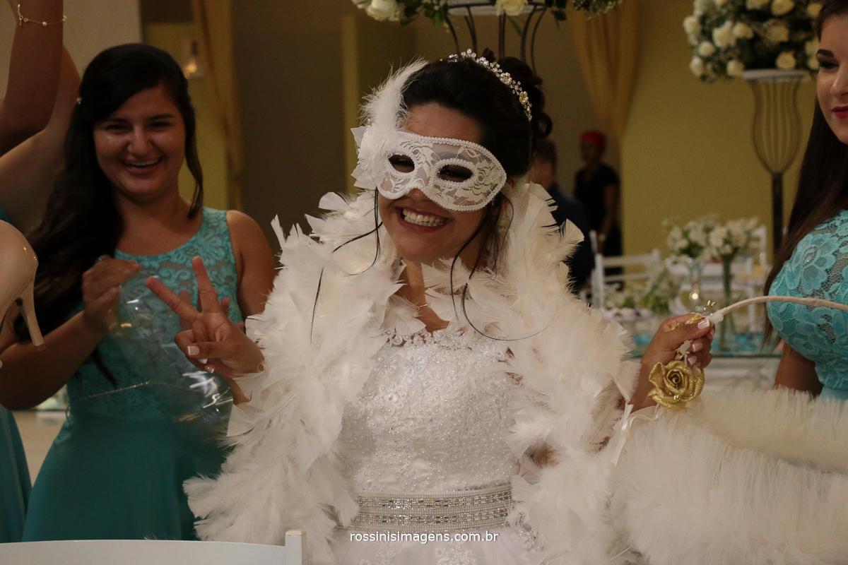 fotografia de casamento noiva passando o sapatinho, curtindo cada momento noiva feliz wedding day, love wedding