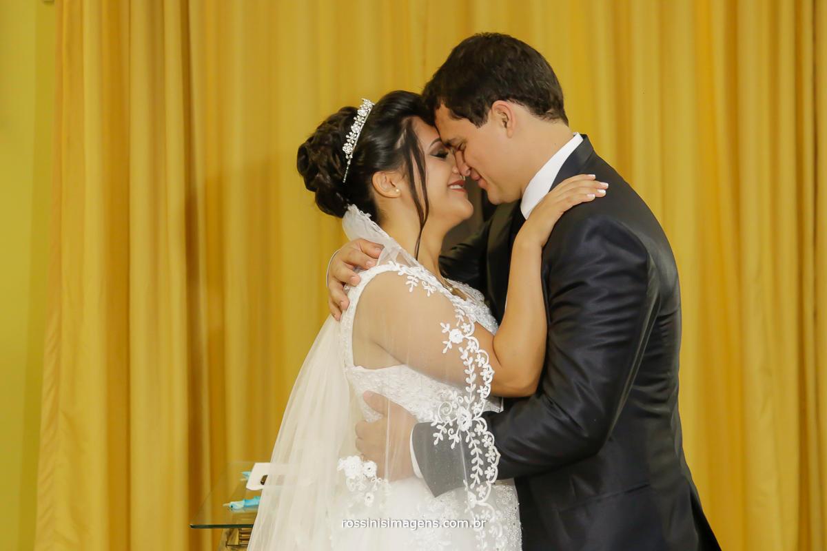 fotografia de casamento momentos antes do beijo, declarados marido e marida, esposo e esposa, homem e mulher, unidos pelo amor e por deus, feitos um para o outro, casamento, love wedding