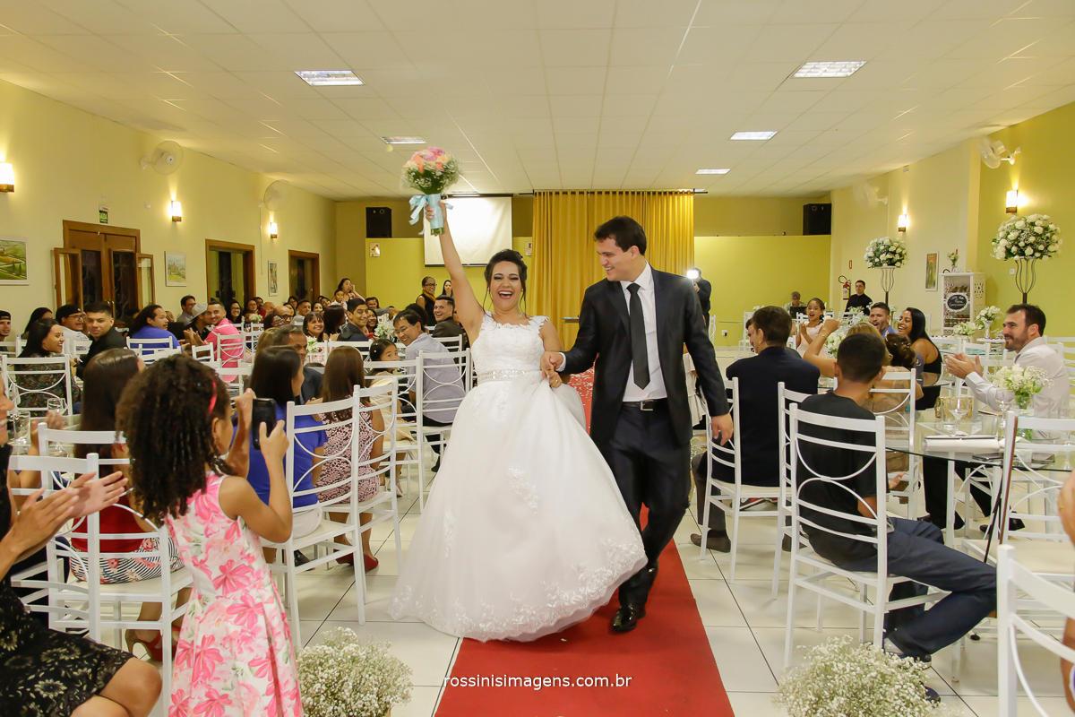 a alegria que contagia a todos os convidados no casamento a saída dos noivos bem agitata, casamento em suzano daiane e lucas, rossinis imagens