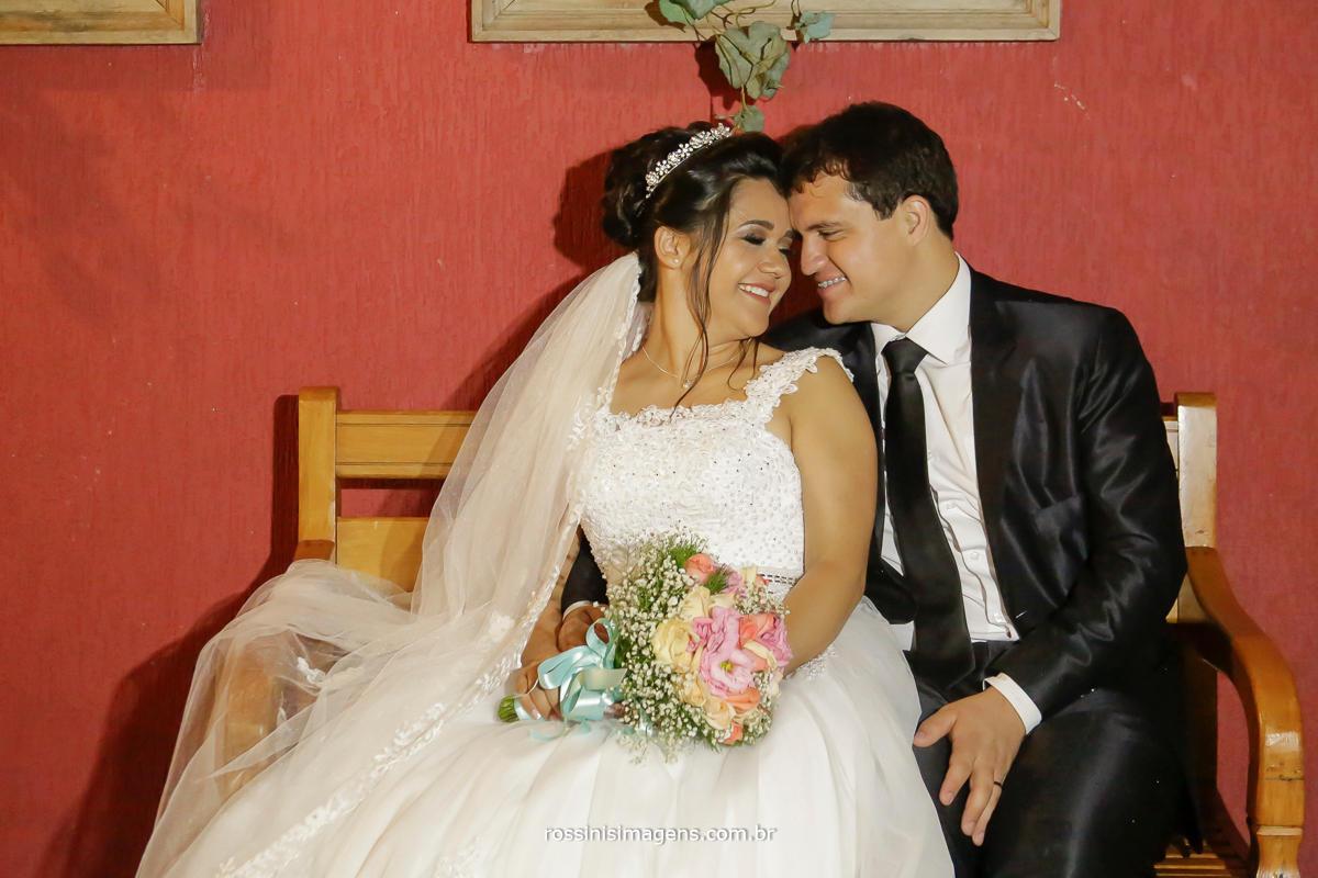 noivos envolvidos na sessão de fotos de casamento em suzano no salao de festas di ungaro